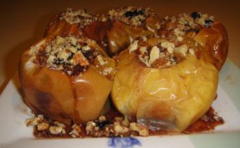 Запеченые яблоки с вареньем и орехами